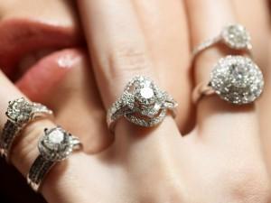 Достойный выбор колец с дивными переливами белого золота и блеском бриллиантов